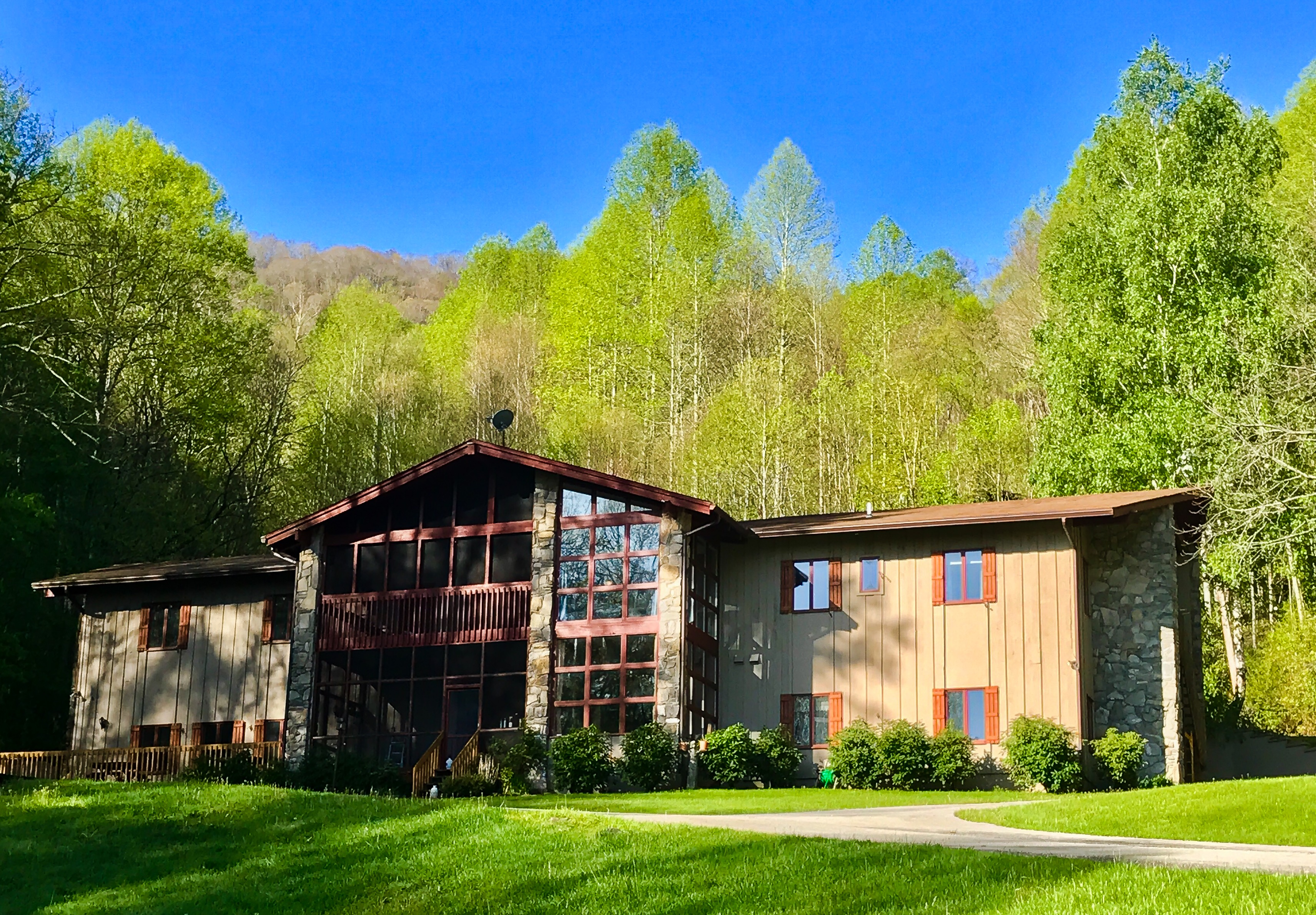 NC Mountain Cabins - Large Family Lodging | The Hive Lodge